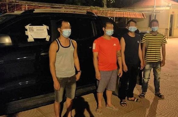 """Phát hiện xe """"luồng xanh"""" chở 4 người vào Hà Nội"""