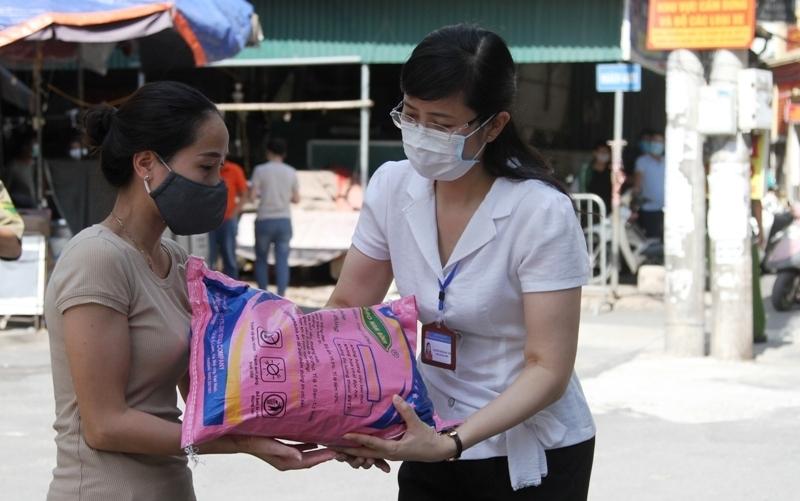 Hà Nội: Đa dạng các hoạt động hỗ trợ người lao động khó khăn ở phường Dịch Vọng Hậu