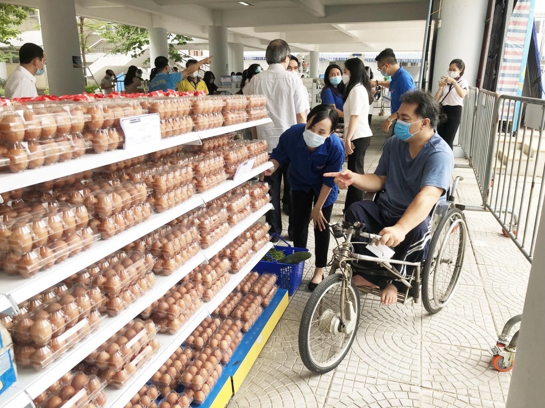 """""""Siêu thị mini 0 đồng"""" hỗ trợ người lao động tại quận Ba Đình"""