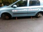 2 xe taxi bị kê gạch, trộm bánh trong đêm