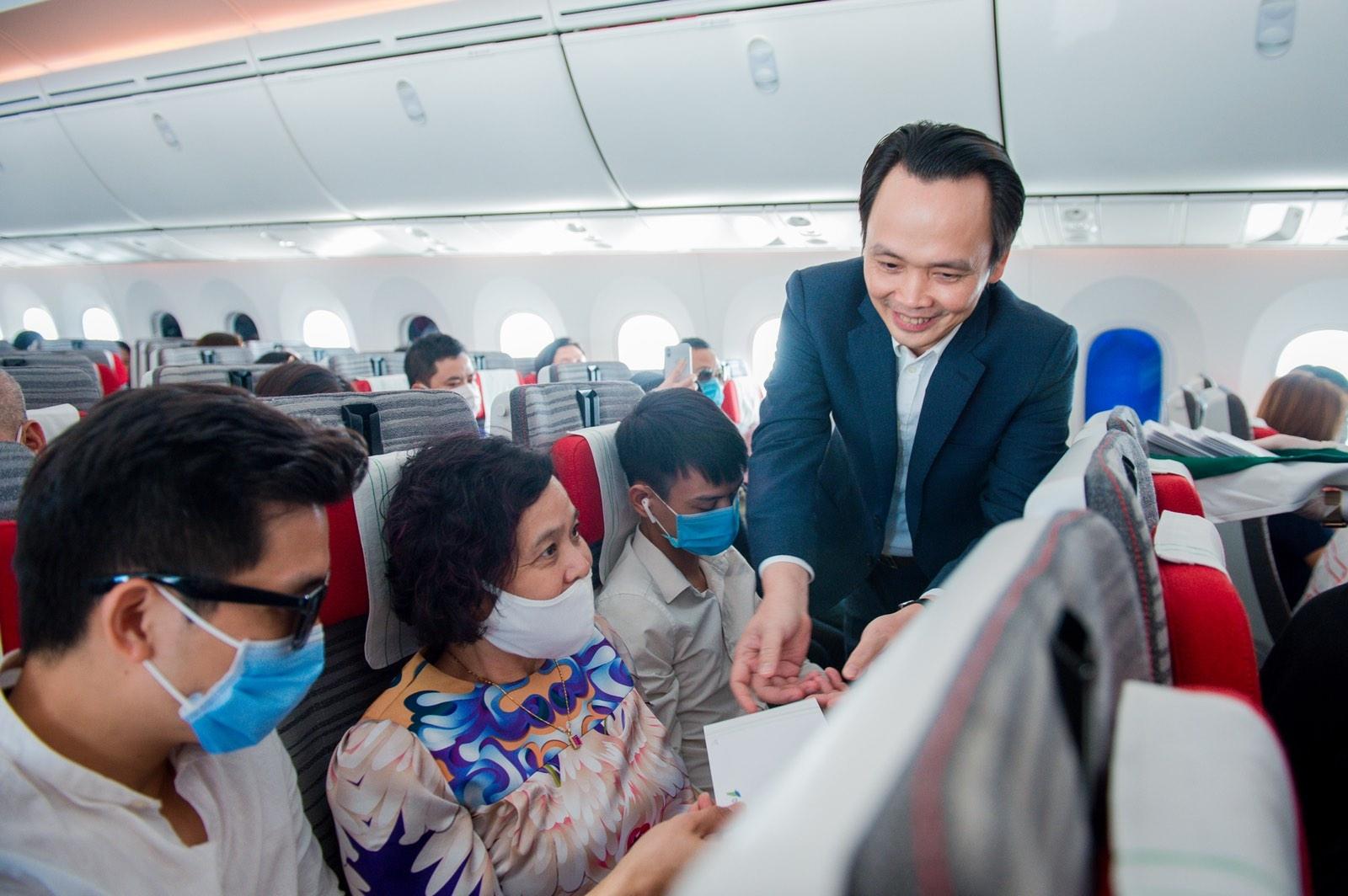 Chủ tịch Bamboo Airways xuất hiện trên khoang tặng quà hành khách trước thềm Quốc khánh 2/9