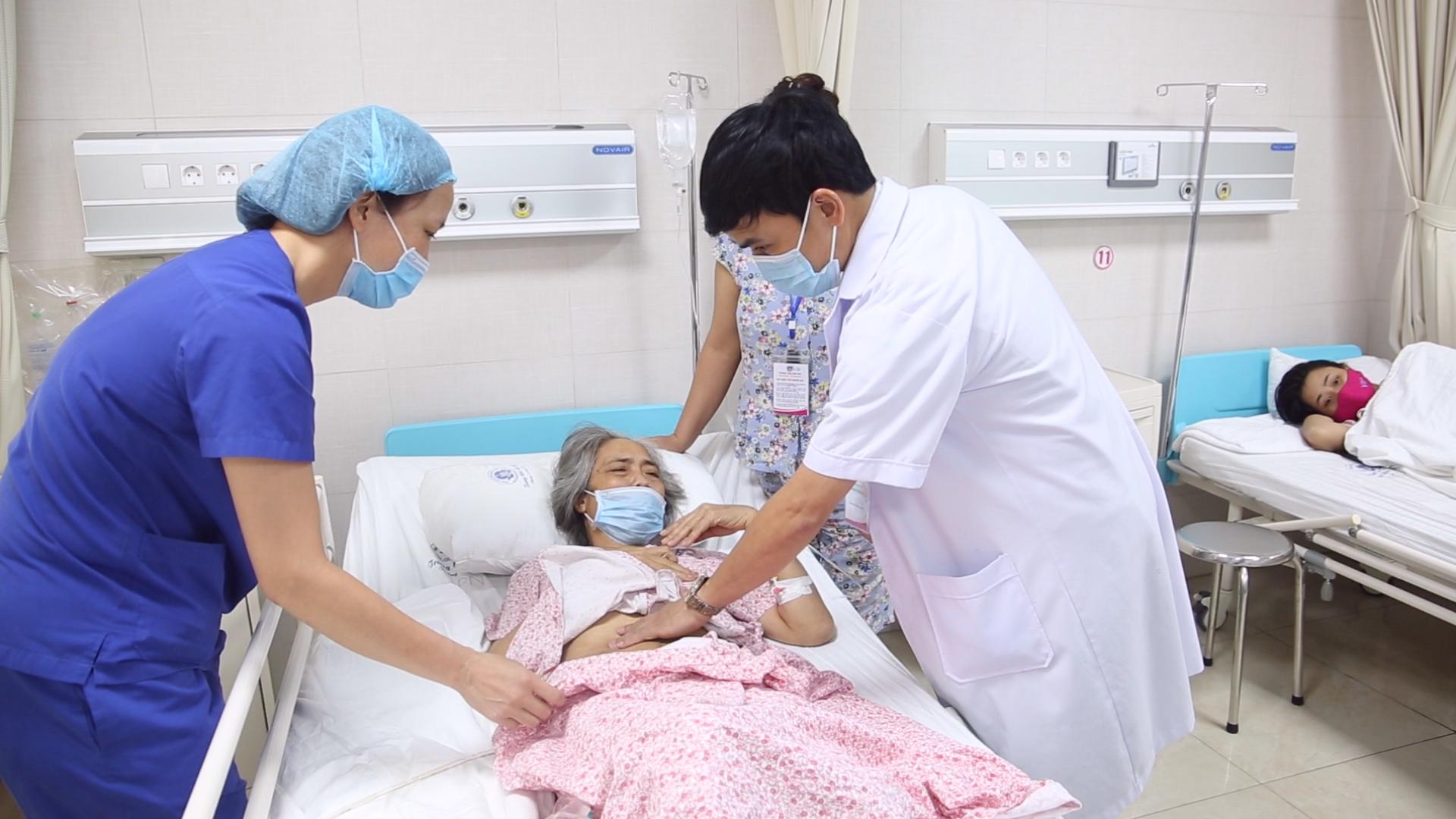 Cắt khối u nang buồng trứng nặng 9kg cho người bệnh 63 tuổi
