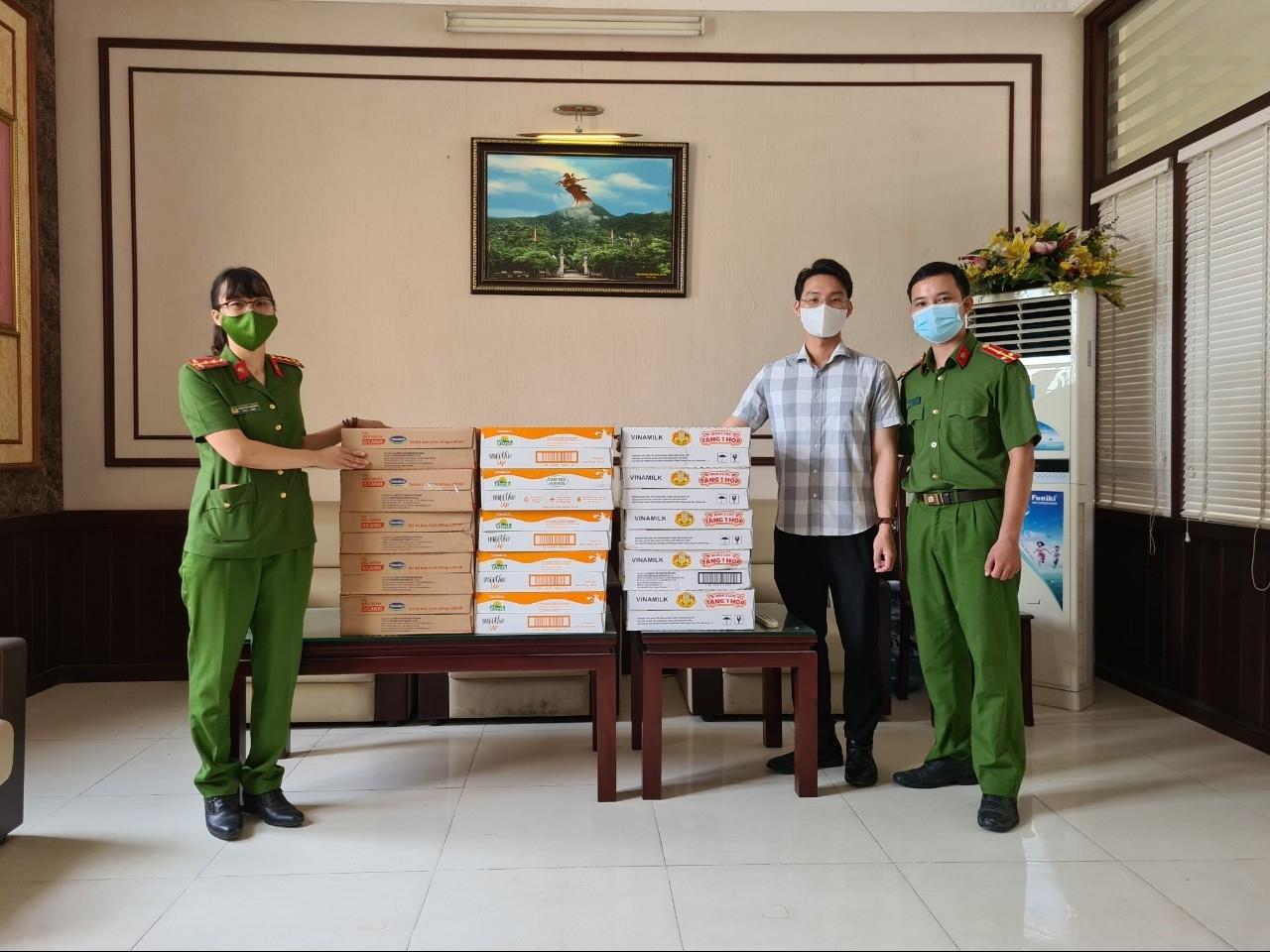 Tạp chí Năng lượng Mới cùng Vinamilk trao quà hỗ trợ Công an quận Thanh Xuân, UBND phường Dịch Vọng Hậu