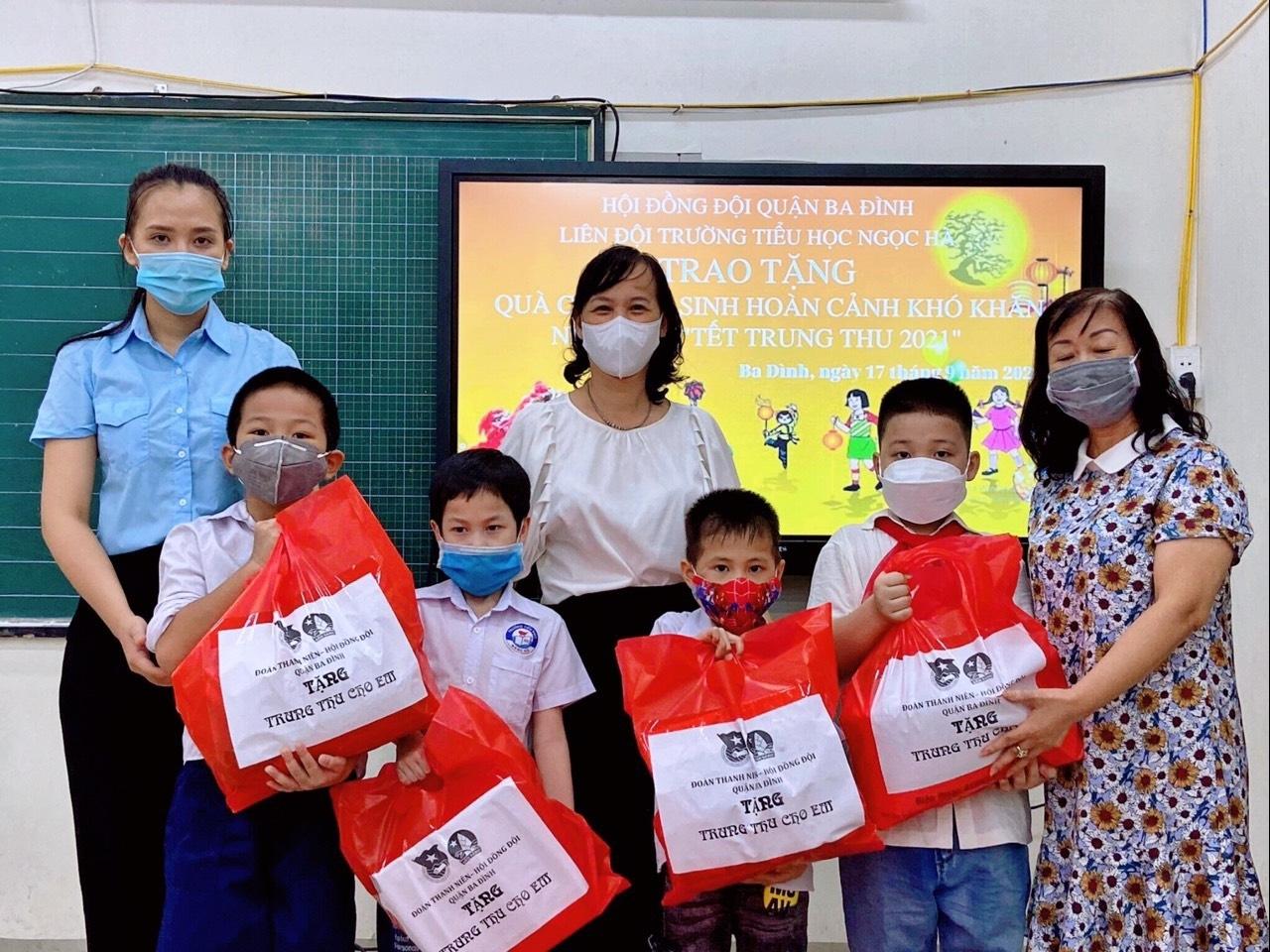 Hà Nội: 700 bánh Trung thu yêu thương tặng thiếu nhi khó khăn quận Ba Đình