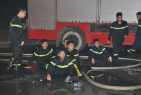 Lính cứu hỏa mệt nhoài sau khi chữa cháy