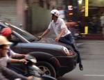 Chặn xe ô tô, thanh niên bán hoa bị hất lên nắp ca pô diễu phố