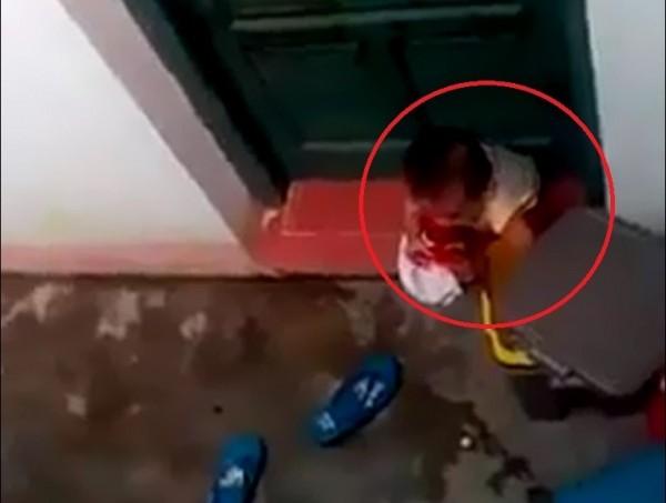 [VIDEO] Phẫn nộ cảnh trẻ mầm non bị bỏ ngoài sân, ăn rác
