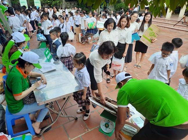 Học sinh Hà Nội đổi rác tái chế lấy quà tặng