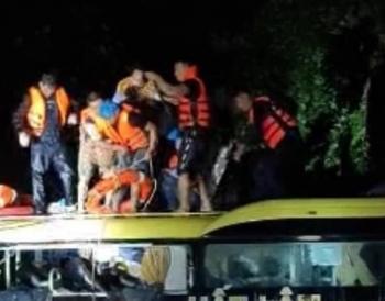 Xe khách chở 18 người bị lũ cuốn trôi