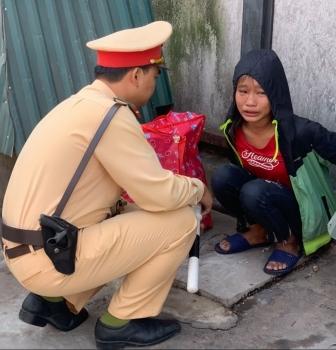 CSGT Hà Nội giúp bé gái bị đói lả về với gia đình
