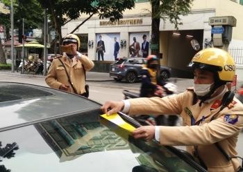 CSGT Hà Nội triển khai dán thông báo phạt nguội lên kính xe vi phạm