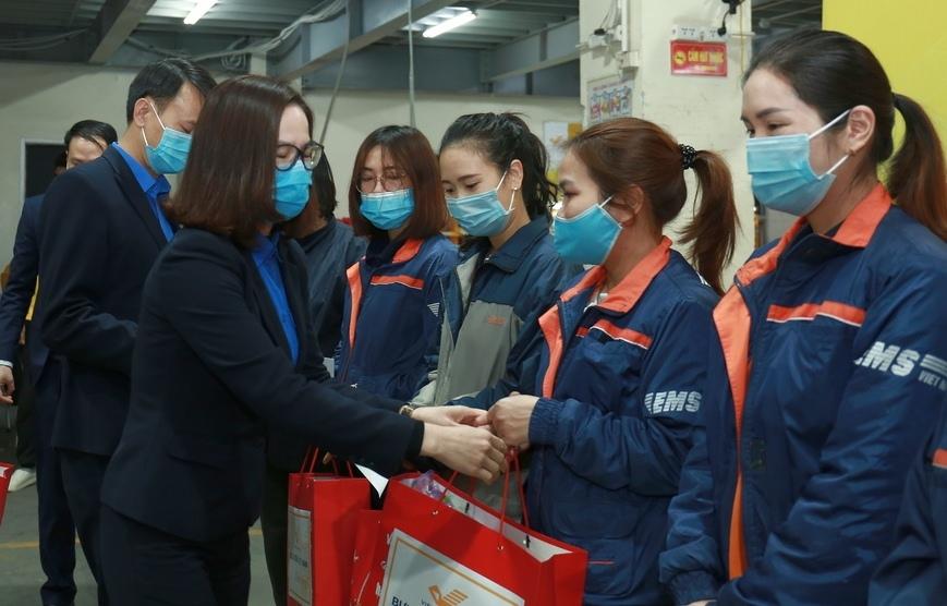 Tuổi trẻ Khối DNTW thăm, tặng quà thanh niên công nhân có hoàn cảnh khó khăn