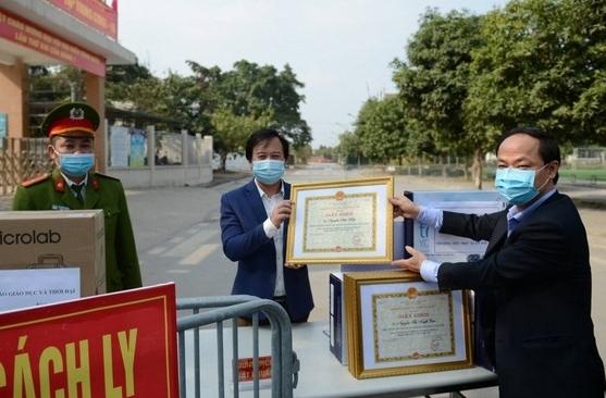 6 cán bộ, giáo viên trường Tiểu học Xuân Phương nhận giấy khen trong phòng chống Covid-19