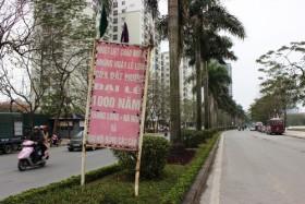 """Hà Nội: Pa nô, khẩu hiệu, băng rôn/ Mặc cho hết """"đát"""" vẫn còn trưng treo"""