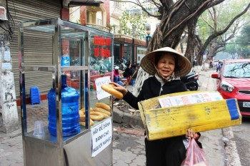 Ấm lòng tủ bánh mì miễn phí cho người lao động nghèo