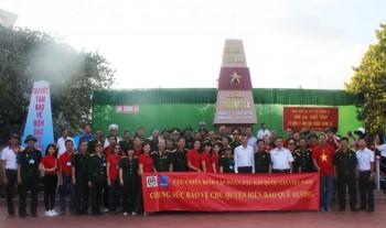 Thăm, tặng quà chiến sỹ, nhân dân Trường Sa và nhà giàn DK1