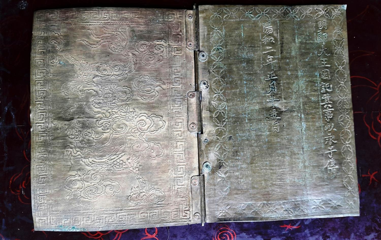 Hà Nội: Khám phá cuốn sách bằng đồng - cổ vật tại đình Vũ