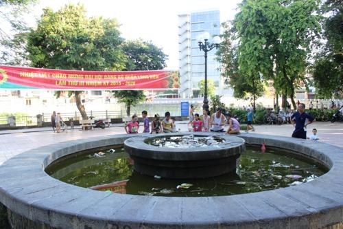 Hà Nội: Đài phun nước thành bể chứa rác thải