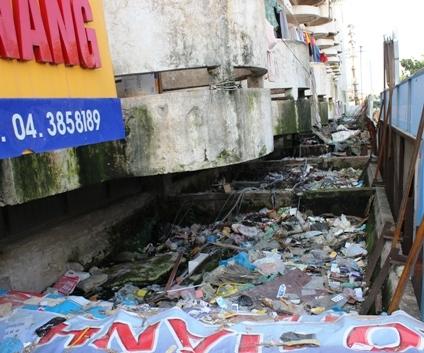 Bãi rác lộ thiên ngay… tầng 2 mặt phố