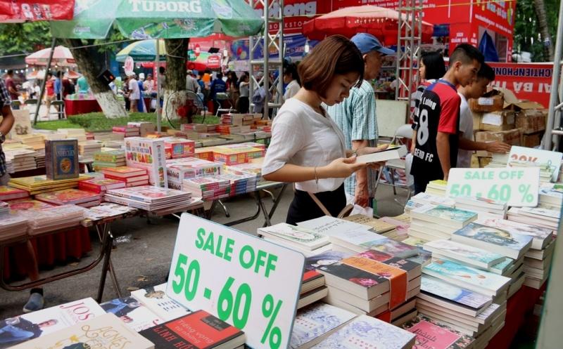Ngập tràn sách giảm giá tại Hội chợ sách quốc tế 2017