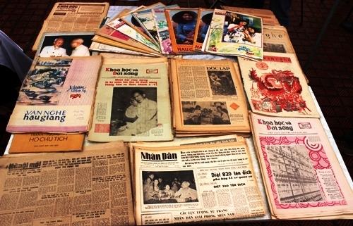 Những tư liệu quý tái hiện lịch sử tại Hội chợ sách cũ tháng 8
