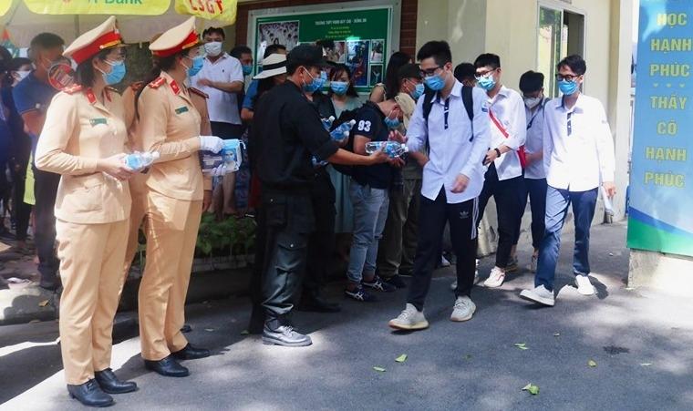 CSGT Hà Nội tiếp sức sĩ tử khẩu trang, nước uống