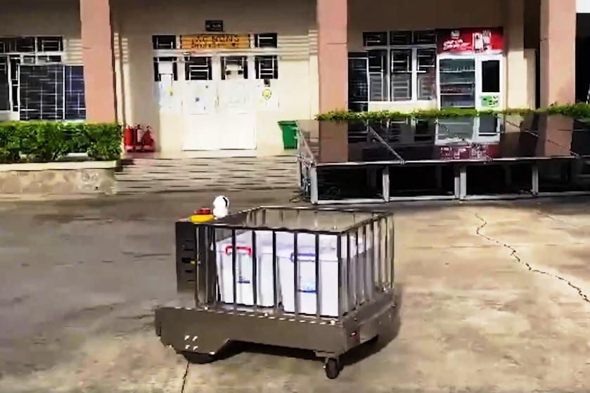 Sinh viên chế tạo robot vận chuyển nhu yếu phẩm trong khu cách ly