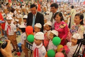 Bộ trưởng Phạm Vũ Luận dự lễ khai giảng trong vòng 1 giờ