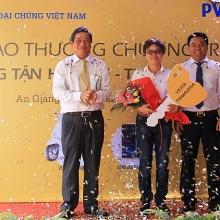 pvcombank trao giai thuong xe may vespa tri gia 70 trieu dong