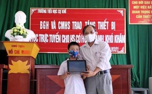 Hà Nội: Trao tặng 96 máy tính bảng cho học sinh có hoàn cảnh khó khăn
