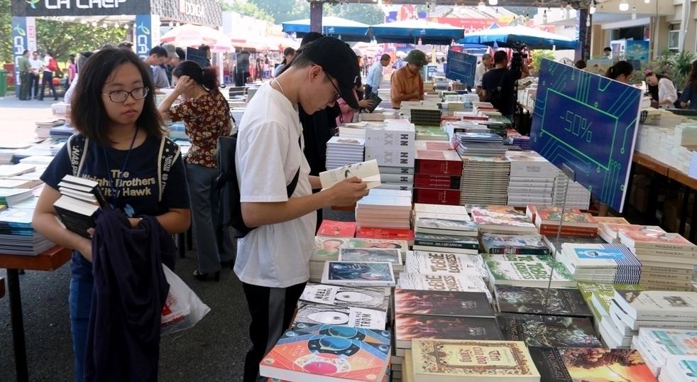 """Tìm hiểu """"Văn học Nga"""" tại Hội chợ sách cũ Hà Nội tháng 10"""