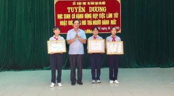 Sở GD&ĐT Hà Nội: Biểu dương 3 học sinh nhặt được tiền trả lại người đánh mất