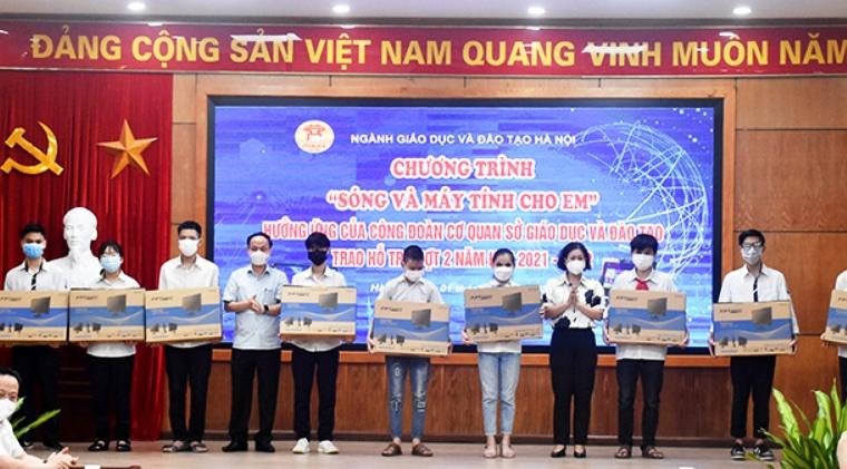 Hà Nội: Thêm 40 học sinh có hoàn cảnh khó khăn nhận thiết bị học trực tuyến