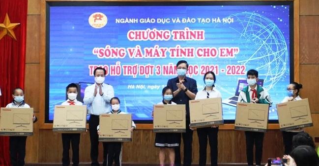 Hà Nội: 85 học sinh có hoàn cảnh khó khăn được hỗ trợ thiết bị học trực tuyến