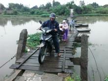 Hà Nam: Người dân 'nín thở' đi qua cầu phao
