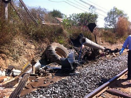 Tàu hỏa va chạm máy cày, đường sắt Bắc - Nam tê liệt nhiều giờ
