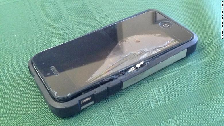 nhap vien vi iphone 5c phat no trong tui quan