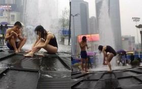 Cặp đôi hồn nhiên tắm chung giữa phố