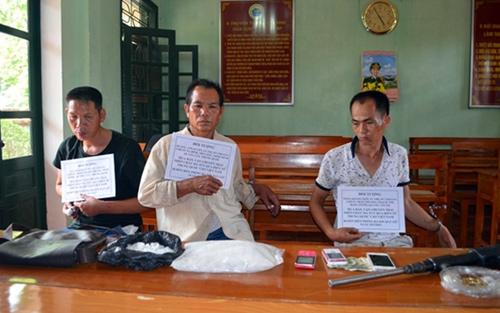 Bắt 3 đối tượng Trung Quốc mang súng, ma túy vào Việt Nam
