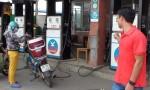 Côn đồ vác mã tấu tấn công nhân viên bán xăng