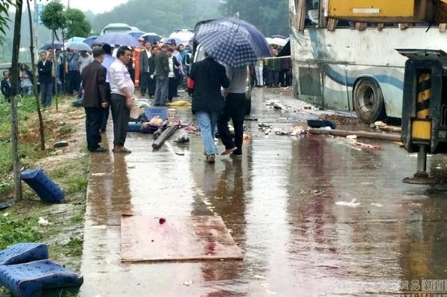 Trung Quốc: Lật xe buýt, hàng chục người thương vong