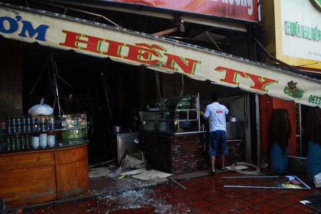 Bình gas quán ăn phát nổ, hai người bị bỏng