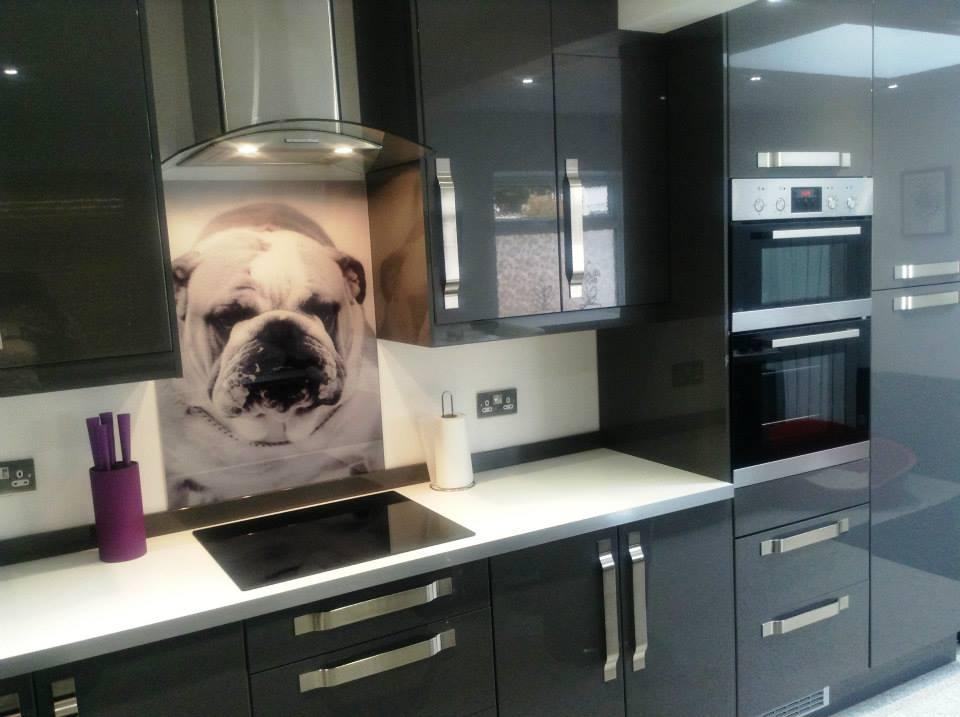 Bếp hiện đại với thiết kế kính cường lực in hình