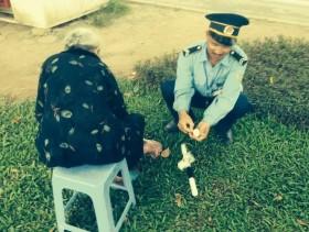 Hình ảnh cảm động: Thanh tra giao thông bóc trứng cho cụ già bị bỏ đói