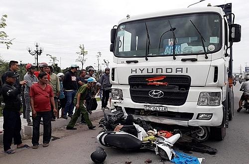 long an container tong 21 xe may hang chuc nguoi thuong vong