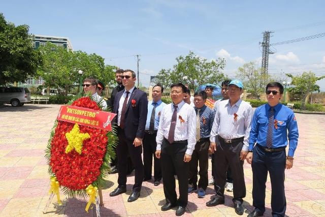 Vietsovpetro tổ chức Lễ đặt vòng hoa tại Tượng đài Cam Ranh