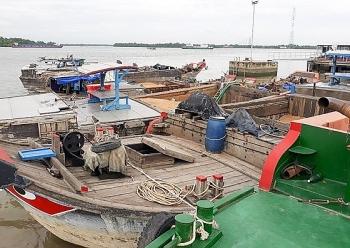 Tạm giữ 3 phương tiện hút cát trái phép trên sông Đồng Nai