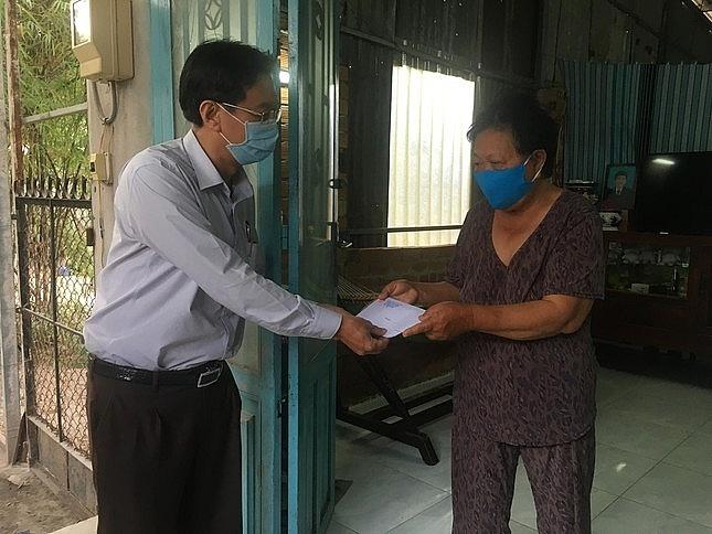 Lãnh đạo huyện Hóc Môn trao tiền hỗ trợ cho những người bán vé số dạo gặp khó khăn trong đợt dịch COVID-19 đầu năm 2020