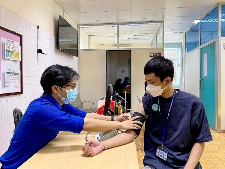 khám sàng lọc trước khi tiêm vắc-xin phòng COVID-19 cho sinh viên
