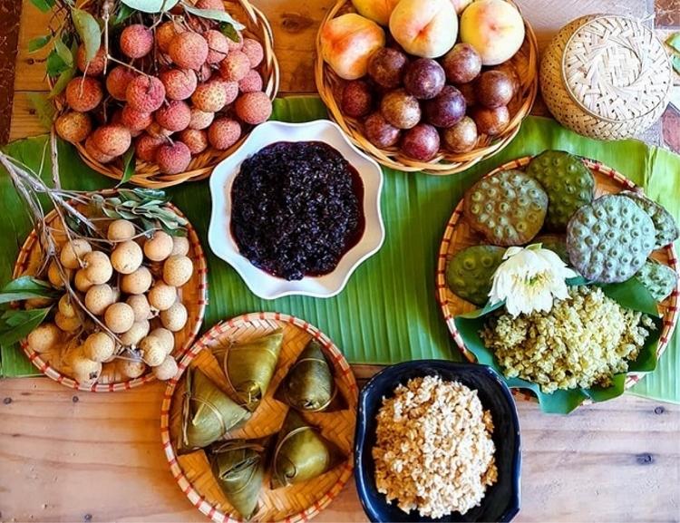 Mâm cúng Tết Đoan ngọ thường có các trái cây mùa hè, cơm rượu nếp, bánh gio...